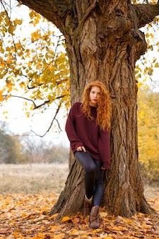 Fille douce dans la forêt d'automne, solitude et mélancolie