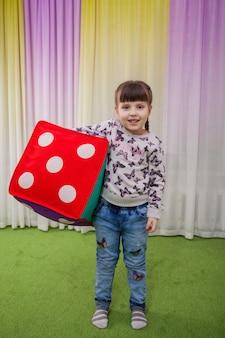 Une fille avec un doux cube coloré