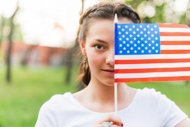 Fille avec un drapeau américain devant le visage