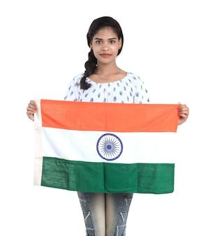 Fille avec drapeau indien ou tricolore, jour de l'indépendance indienne, jour de la république indienne