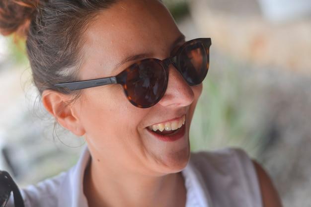 Fille drôle avec des lunettes de soleil close up detail