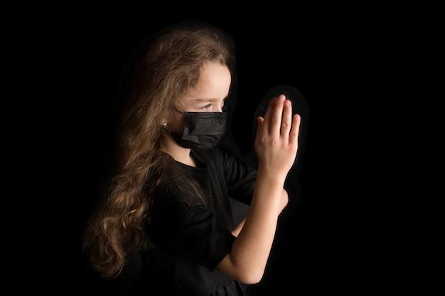 Une fille drôle porte un masque protecteur élégant en raison de la pandémie de coronavirus covid 19. mode de vie familial pendant les vacances scolaires d'été. photo de haute qualité