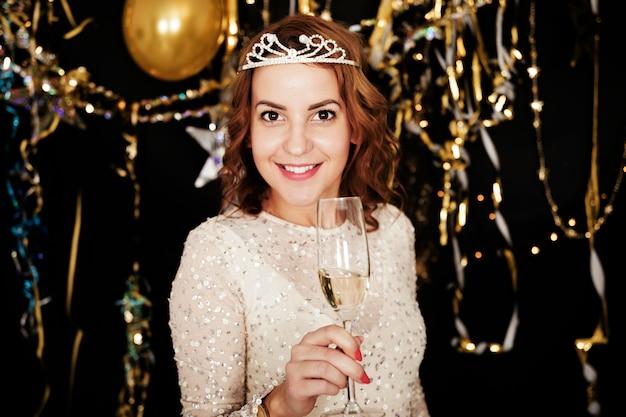Fille avec du champagne à la fête du nouvel an