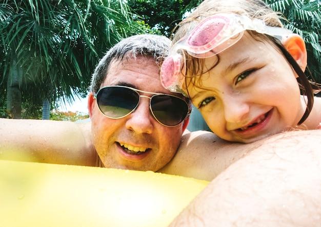 Fille du père caucasien, appréciant l'heure d'été ensemble