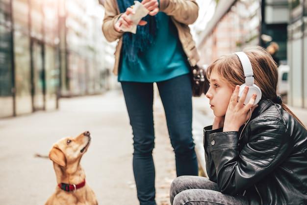 Fille écoutant de la musique