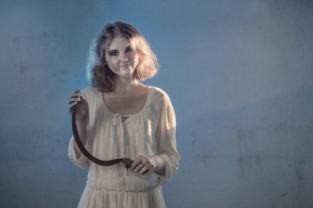 Fille effrayante en robe blanche du film d'horreur dans la chambre