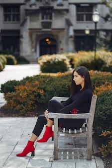 Fille élégante assise sur un banc à l'école