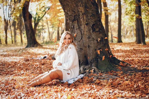 Fille élégante dans un parc d'automne ensoleillé