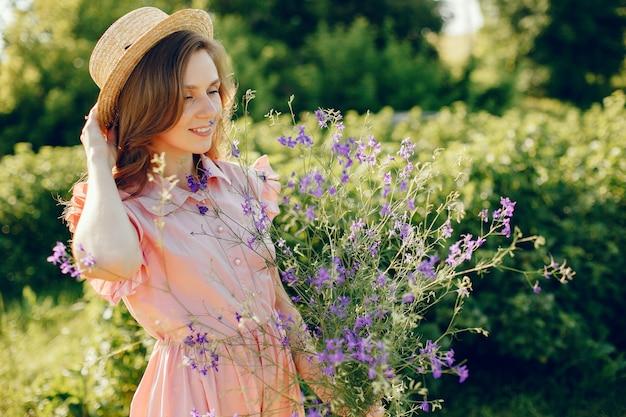 Fille élégante et élégante dans un champ d'été
