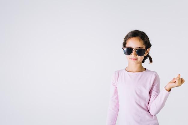 Fille élégante en lunettes de soleil