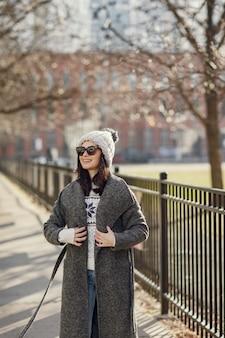 Fille élégante à pied dans une ville d'hiver.