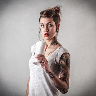 Fille élégante tatouée