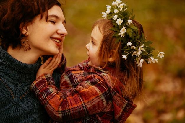 La fille embrassant sa mère dans le parc