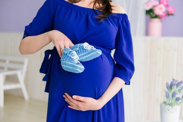 Une fille enceinte attend un bébé