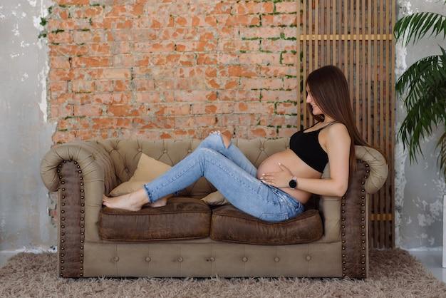 Une fille enceinte s'accroche à son ventre