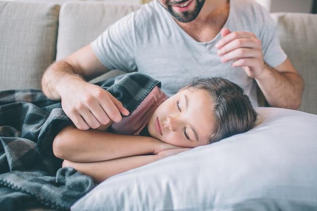 Fille endormie recouverte de couverture