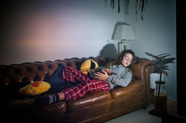 Fille endormie avec tv sur
