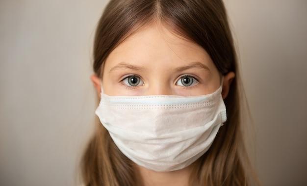 Fille enfant au masque médical