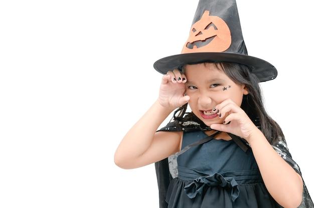 Fille enfant drôle en costume de sorcière pour halloween isolé