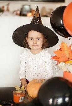 Fille enfant drôle en costume de sorcière pour halloween.