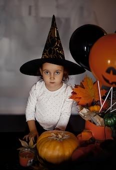 Fille enfant drôle en costume de sorcière pour halloween