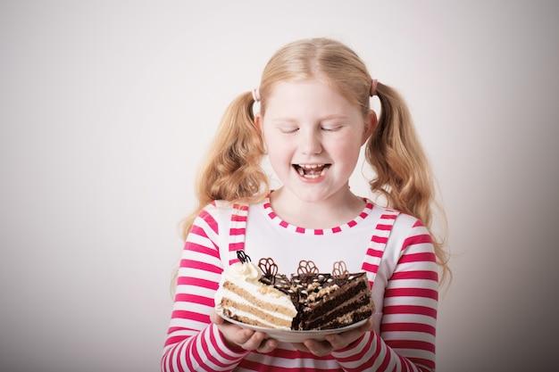 Fille enfant drôle avec gâteau