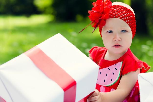 Fille enfant joyeuse avec des coffrets cadeaux colorés