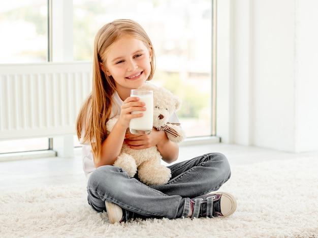 Fille enfant mignon câlins avec ours en peluche