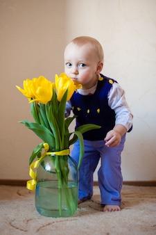 Fille enfant mignonne avec un bouquet de tulipes. fête des mères, concept de printemps.