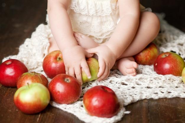 Fille enfant mignonne tenant la pomme dans les mains. gros plan image