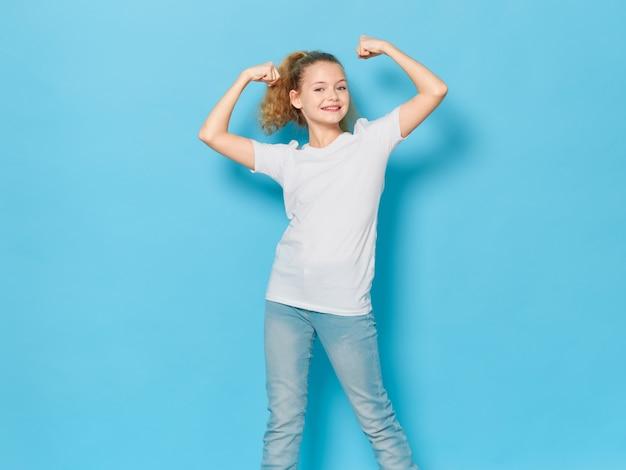 Fille enfant posant en portrait, espace coloré