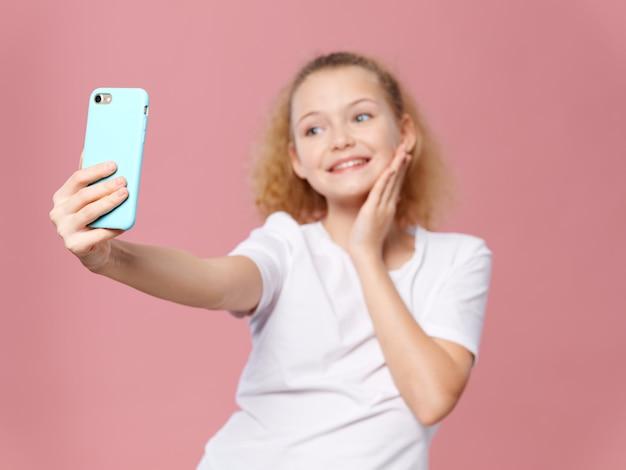 Fille enfant posant et prenant selfie