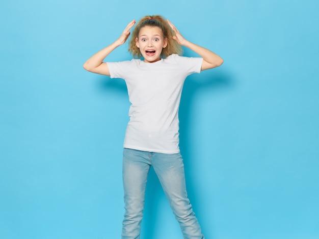 Fille enfant posant en studio portrait