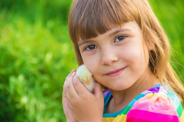 Fille enfant avec poulet à la main