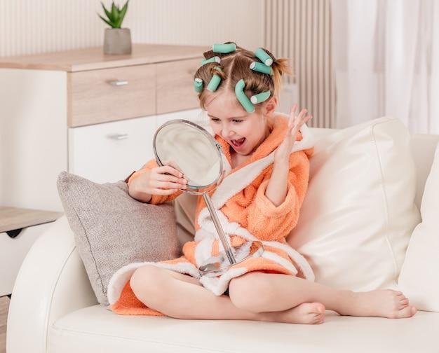 Fille enfant regardant dans le miroir