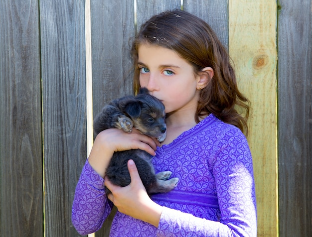 Fille d'enfants embrassant son chiot chihuahua doggy