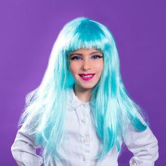 Fille d'enfants avec perruque longue bleu truquoise comme fashiondoll