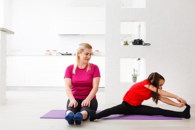 Fille d'entraînement de remise en forme de salon faisant des exercices à la maison. jeune femme s'entraînant des muscles, mode de vie sain sans aller à la salle de gym.