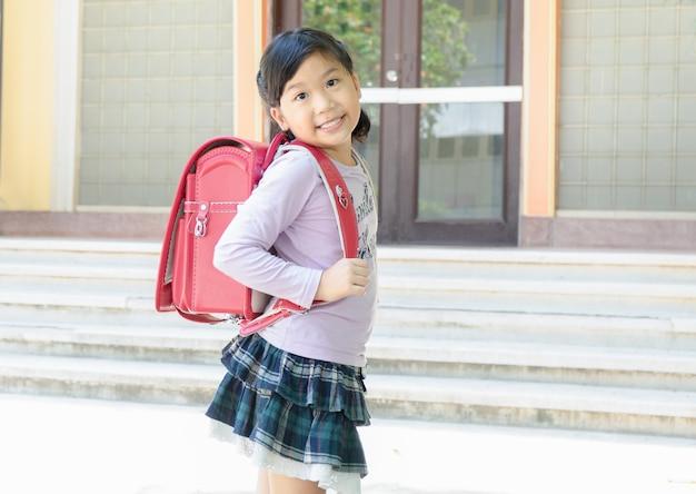 Fille est arrivée à l'école