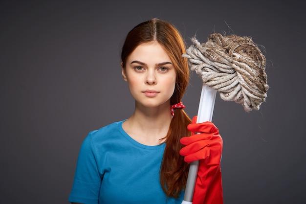 La fille est engagée dans le nettoyage et la désinfection avec des gants en caoutchouc