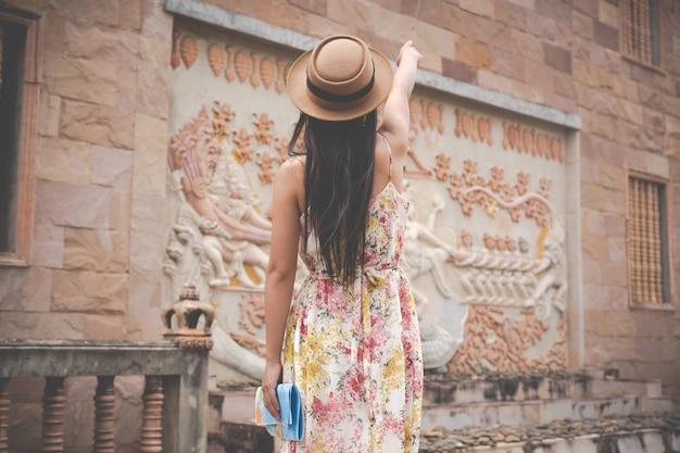 Fille est titulaire d'une carte touristique dans la vieille ville.