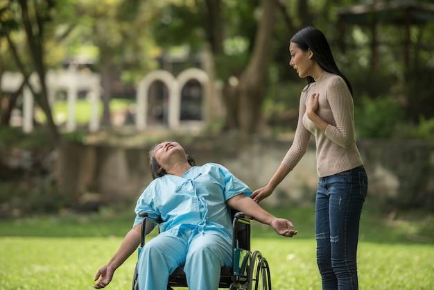 La fille a été choquée de voir le choc sur sa mère assise sur un fauteuil roulant.