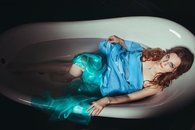 Fille étranglée dans la salle de bain. violence domestique femmes