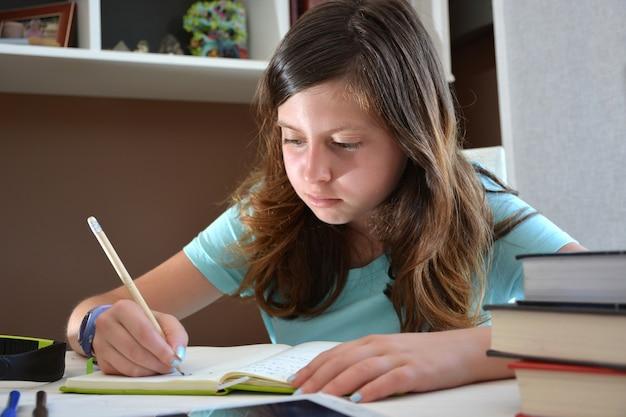 Fille étudiant à son bureau avec une tablette