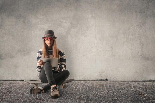 Fille étudiante assise dans la rue