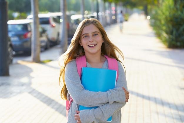 Fille étudiante blonde dans la ville