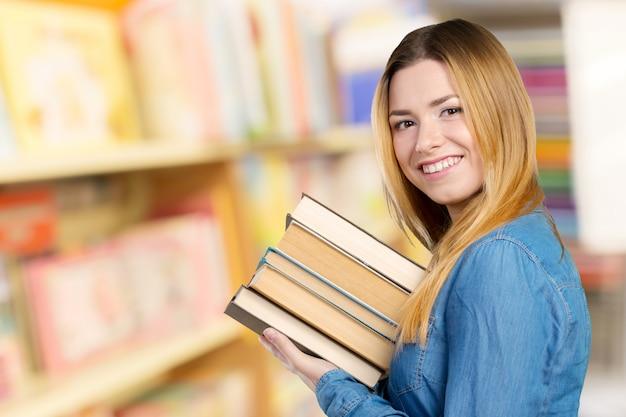 Fille étudiante heureuse avec des livres
