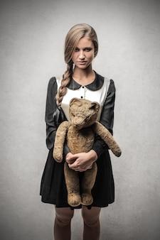 Fille étudiante avec un ours en peluche