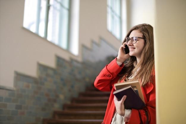 Fille étudiante parlant sur un smartphone