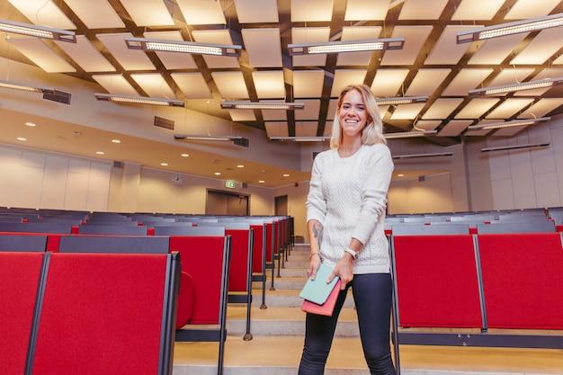Fille étudiante en riant dans la salle de conférence